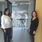 La Dra Snadra Muñoz y la Lic Adriana Rodrigues realizando preparativos