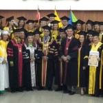 Graduandos con las autoridades universirtarias